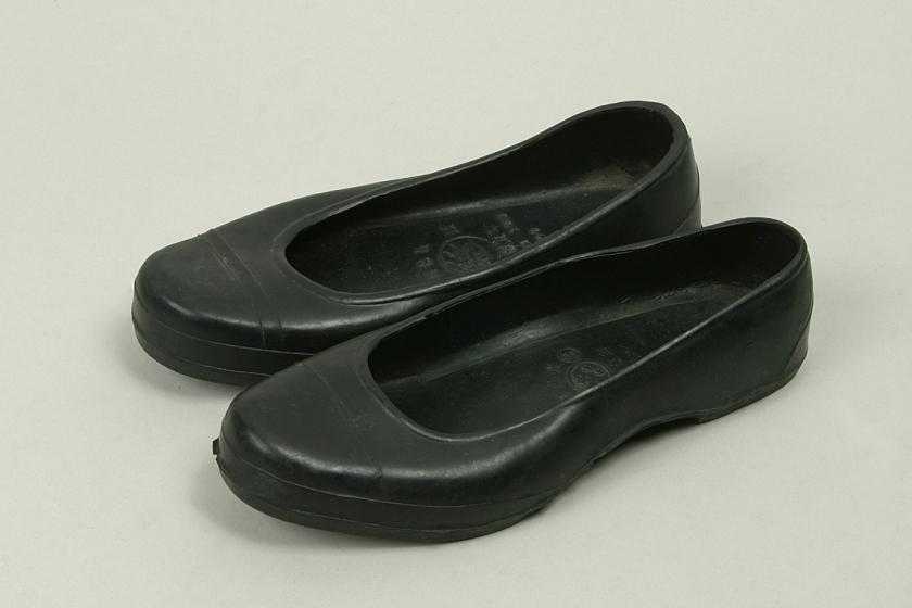 Unos zapatos de goma negros coreanos o gomusin.